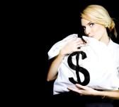 13521451-studio-bild-einer-business-frau-kissing-a-money-bag-full-of-monetare-gewinne-und-verdienstmoglichkei